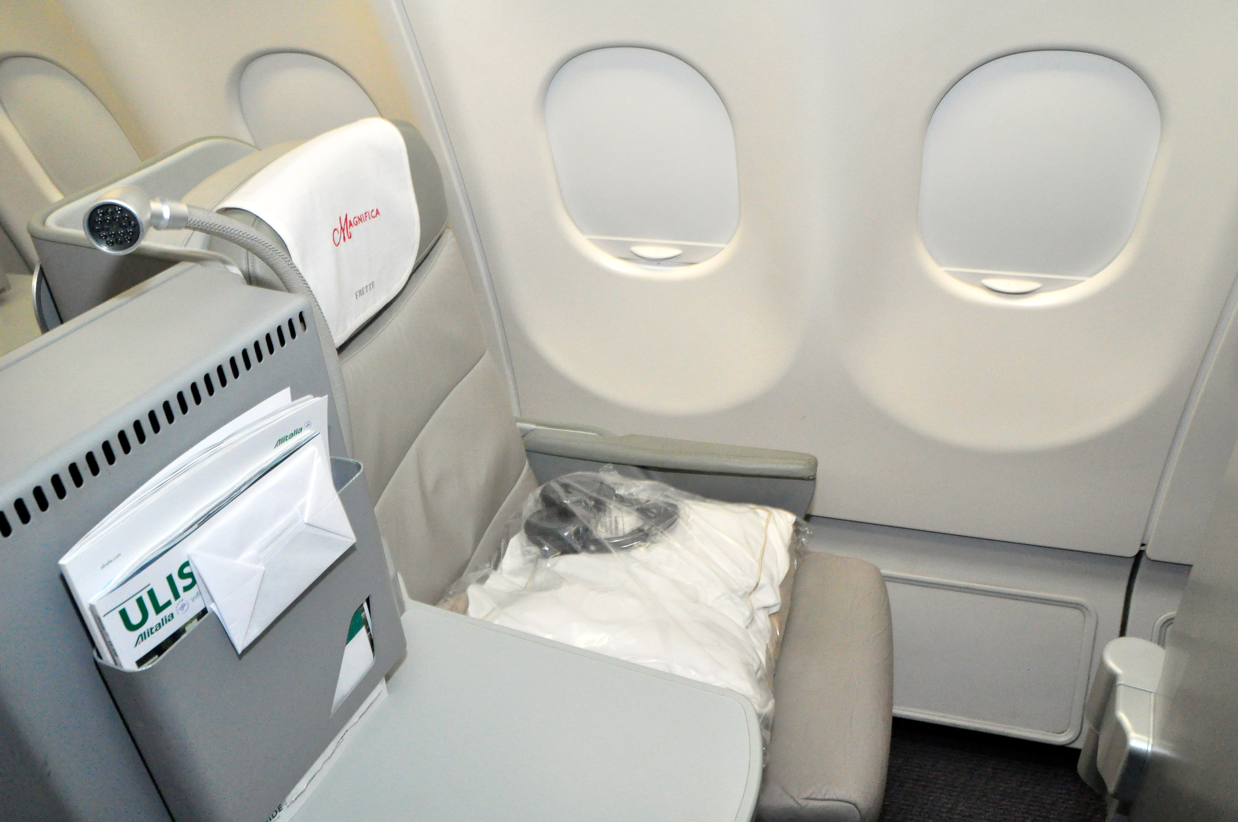alitalia magnifica class flight 609 new york rome review frequent business traveler. Black Bedroom Furniture Sets. Home Design Ideas